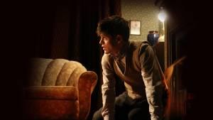 Iwan Rheon nella prima produzione assoluta del teasto di Osborne da parte del National Theatre Wales